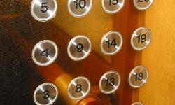 Nút bấm thang máy bẩn gấp 40 lần bệ bồn cầu